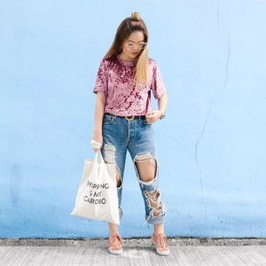Keeping things casual with this Kristin Crushed Velvet Tee c/o @pomelofashion! Velvet is probably the last thing anyone would wear in Singapore considering how crazy hot the weather has been, but this tee has been surprisingly comfortable and actually bearable to wear in this heat! ☀️ I paired it with the most ripped up @levis jeans I thrifted from @wego_official Japan, that really ought to be considered as just shorts because it's so airy 🌝🌬 P.S. Finally getting back to the swing of things after three weeks of not posting on social media 😱😳 Where did all that time go! 🤷🏻‍♀️ #trypomelo #clozette #hlrysadverts #glampalmsg #ootdmagazine #ABMstyle #acolorstory #flashesofdelight #thatsdarling #colorventures #pursuepretty #lookbook #asseenonme #classyandfashionable #aboutalook #streetstyleluxe #ootdwatch #stylemacarons #momentsofchic #howihue #walltraveled #kimagegroup #colourcolourlovers #colorsplashes #ootd #zalorasg #somethingborrowed #mondaysundays