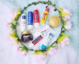 For the love of lip balms. 😂❤️ #bloominzahra #clozette . . . . #flatlay #beauty #skincare #lipcare #blog #blogger #bloggers #bblogger #bbloggers #fblogger #fbloggers #beautyblogger #beautyblog #lifestyle #lifestyleblogger #floral #wreath #nivea #chapstick #carmex #zenutrients #skinfood #vaseline #sebamed