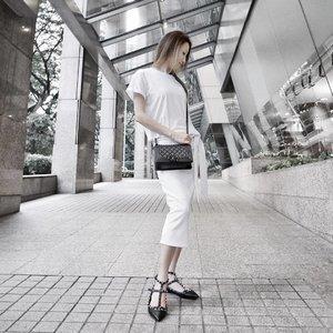 OOTD at the @freshbeauty event coupla weeks ago. Top: @hm • Skirt: @sundaysthelabel • Bag: @chanelofficial • Shoes: @maisonvalentino • 📷: @jancxyy ❤ TGIF guys! ❤ . . . . . #americanstyle #ootdfash #chanel #monochrome #simplicity #singapore #happy #myaritzia #minimal #minimalist #whywhiteworks #love #sg #valentino #ootdwatch #ootdmagazine #fashion #mybeigelife #style #f21xme #brandyusa #brandymelville #wiwt #ootd #monochromatic #instafashion #wiw #girl #clozette #ootdsg