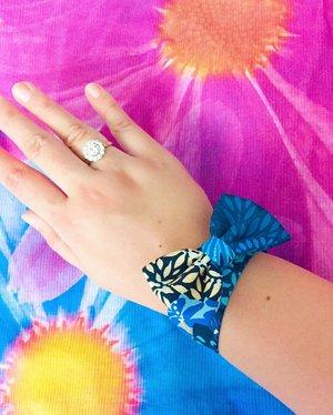 Flower power and bling because it's sunny Sunday! . . . . . . . . . .  #stackingrings #statementpiece #layeringbracelets #jewelry  #jewellery #stackingbracelets #aboutalook #bling #armswag #detailsoftheday #flowerpower #myarmparty  #aotd #luxuryfashion #luxurylifestyle #luxuryblog #luxuryblogger #instaluxury #flatlaystyle #diamonds #fashionjewelry #hermeslover #asseenonme  #fashionjewellery #flatlaystudio #stylefile #stylediaries #influencer #flatlaythenation #classyandfashionable