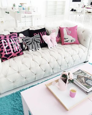 Hello! I hope you have a great start to the week! My weekend has been super busy, so Monday morning will be at a slightly slower pace. ☺️ I also wish my office space looked something like this, at the @honeyzpainthouse studio! That princess couch OMG. 😱❤️ Anyhow, let me know how your day is going? 💋 www.theskinnyscout.com #officechic #office #officegirl #workworkwork #couchpotato #lazyday #mondaymorning #mondayfunday #meetingroom #princessparty #inspohome #clozette