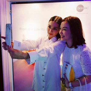 some wefie action earlier at Skin Inc's 8th anniversary :) Thank you for letting me indulge @__sabby66__ and Congratulations on eight amazing years! Your passion shines through and its truly inspirational✨ // #clozette @clozetteco @iloveskininc #iloveskininc #skininc #SkinIncbeautyhackathon #igskincare #igbeauty #sgbeauty #skincare #skincareaddict #beautyaddict #thesouthbeachsg #flow18 #white #whiteoutfit #tgiw #smiles #mom #happymom #happy #wednesday