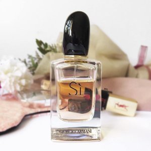 SI by Giorgio Armani is definitely one of my recent obsessions. I was on a perfume ban that started in 2014 because I found that I could never finish any of my perfumes! This is actually the most recent perfume purchase that I've made in 2 years! (well, it wasn't actually a purchase but a birthday gift hahaha) ✨ You know how different perfumes remind you of different periods in your life? I got this perfume specifically because I wanted a scent to remember 2016 by 😛 Is it only me or are you guys brought back to different periods of your life just by smelling the perfume that you used the most then? It's kind of like time travel, ain't it? 🤔