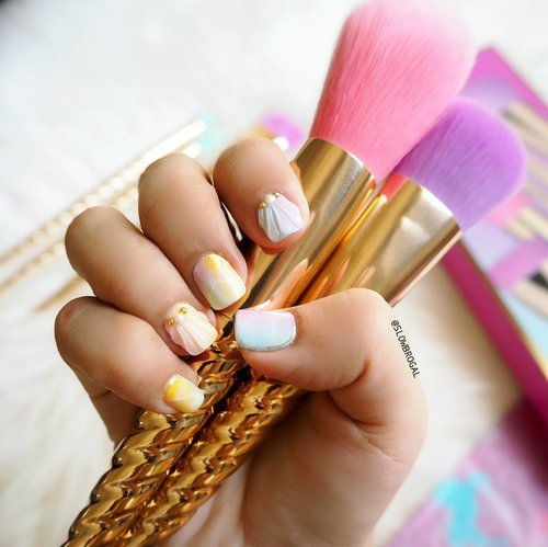 """<div class=""""photoCaption"""">When the unicorn trend is going strong~ 😍😍 Loving my new mermaid/unicorn manicure!! Have a great Sunday everyone ❤ #clozette</div>"""