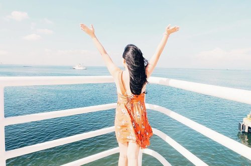 """<div class=""""photoCaption"""">Standing at the tip of a big ship made me realize one thing: life is short to  be stuck in one place. Explore 🌊 #hkristinetravels #clozette</div>"""