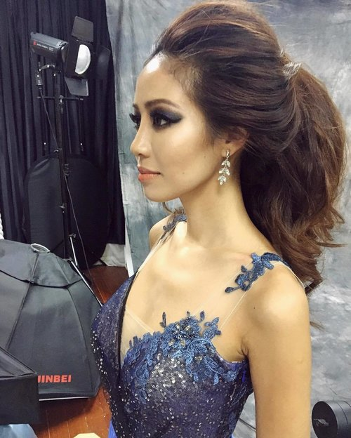 """<div class=""""photoCaption"""">This is where my thick hair comes into good use. 😅 Loving the matching blue eyeshadow.</div>"""
