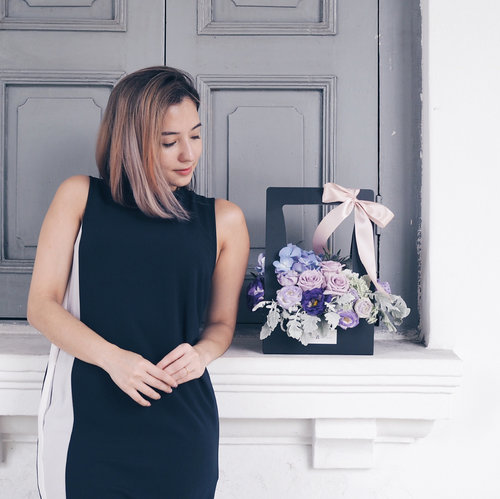 """<div class=""""photoCaption"""">Enjoying this awesome long weekend with beautiful blooms from @kikiwoodsflorist! Time to recuperate and recharge 💪🏻 x . #clozette #leneyootd #ootd #collatethelabel #kikiwoods</div>"""