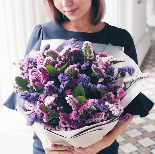 """<div class=""""photoCaption"""">I've always used statice flowers as fillers, but never the star of a bouquet. Who knew they would look just as pretty, with minimal maintenance, as I let it turn into a dried floral arrangement? Thank you @kikiwoodsflorist x . #clozette #kikiwoods #sgflorist #floristsg #leneyootd</div>"""