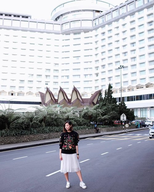 """<div class=""""photoCaption"""">Spending my weekend up in the clouds at @resortsworldgenting. The @gentinghighlandspremiumoutlets is now open and there is so much shopping to be done with all the really good deals. See more on my Instastories before they disappear!....#clozette #genting #gentinghighland #malaysia #kualalumpur #travelblogger #exploremalaysia #igsg  #streetstyle_singapore #stylexstyle #sginfluencer #livewithstyle #sgbeauty #ootdcampaign #styyli #vscofashion #sgigstyle #sgstyle# oo7d #ootdsingapore #lookbook #ootdmagazine #classyandfashionable #fashionblogger</div>"""