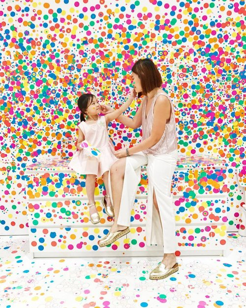 """<div class=""""photoCaption"""">Colourful stickers @nationalgallerysingapore by #yayoikusama  Fun place to check or for kids and adults for a quick #instagramworthy photo but I do feel the strict time limit we have due to the huge crowd  FYI : it's my second day in the gallery for the week😆❤️ #clozette</div>"""