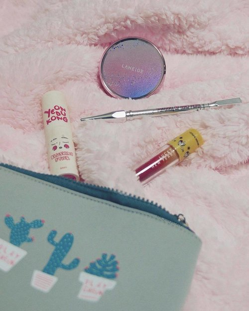 """<div class=""""photoCaption"""">Survived today's makeup with only four makeup items and 5 minutes to put it on - 3 minutes of which was spent filling my brows 😅 and major props to my fur throw because ... winter is coming ❄️😂 #clozette #sundayfunday</div>"""