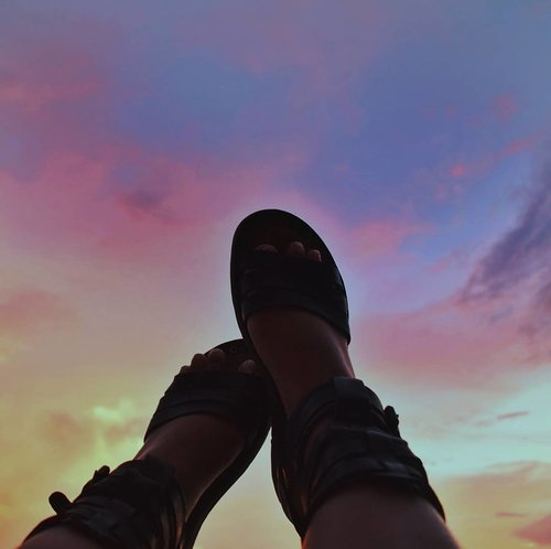 "<div class=""photoCaption"">Let your feet #wander 👣🌅 . #vsco #vscocam #vscophile #scenery #sunset #sky #nikon #wanderlust #photography #lfl #igers #shoes #summer #travel #clozette #travelphotography #nature #photographer #bloggerph #nikonphotography #blogph #weekendvibes #philippines #instadaily #islandgirl #instaphoto #instagood #island #islandlife</div>"