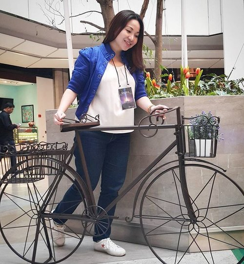 """<div class=""""photoCaption"""">Whee...let's take a ride through the gardens. Don't you love the classic English look of the bicycle 😍  My 👕👖👟 #ootd for a ride:  Jacket: Forever 21 White shirt: Zalora Jeans: Levi's  Sneakers: Converse  #latenightmusings #throwback #rollwithcarol #clozette #LifestyleBlogger #instagram #igersmalaysia #Igers #fashion #fashionista #instafashion #carolootd</div>"""