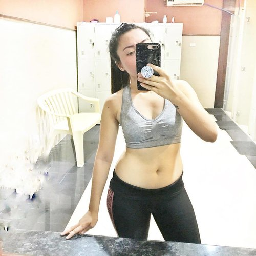 """<div class=""""photoCaption"""">Act like a lady, Train like a beast. 💪🏻 Konti nalang magbabalik na ang abs 😭 ... We're all this together! Tag me in your progress photos so we can help inspire each other in getting fit and healthy! Let me know what motivates you to workout too! ... Me, I want to be able to wear my old clothes 😌 , become stronger, and happier (endorphins is life) ❤️ ... Taken after my Fightform Circuit Class at @ultimatefitnessmetrowalk via @guavapassmnl  #guavasweat #clozette #bodygoals</div>"""