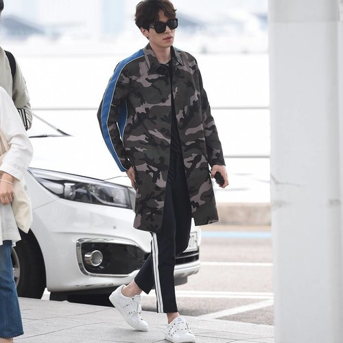 """<div class=""""photoCaption"""">Looking for outfit ideas for your beau? Here's some fashion inspo from Korean star Lee Dong Wook, who's wearing this stylish look from Valentino Uomo Pre-fall 17 Collection and Garavani Rockstud Untitled Sneakers. #Clozette // 📷  @maisonvalentino</div>"""