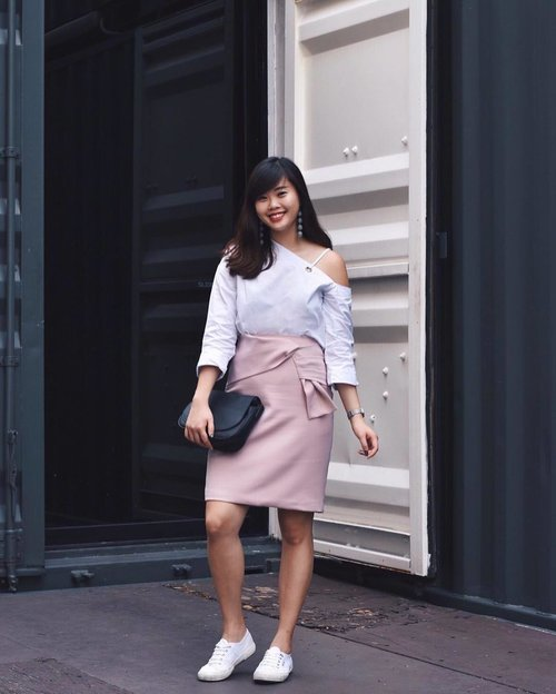 """<div class=""""photoCaption"""">Haven't been wearing pencil skirts for a while now, but couldn't resist this gorgeous knotted piece from @osmosestores ✨ #osmosestores #clozette #ootd</div>"""