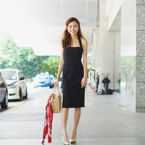 "<div class=""photoCaption"">this little black dress - super love the fit! 💗👆🏻and there's of course my favourite straw bag at the moment ☺️</div>"