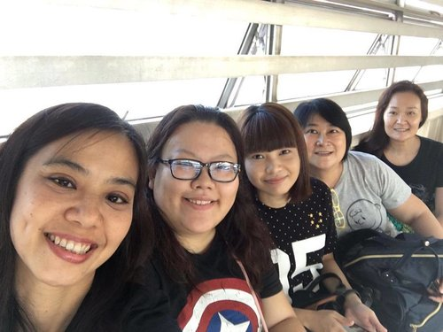 """<div class=""""photoCaption"""">The few of us while waiting for the KTM #thankyou #clozette #blessed #wefie #selca #selfie</div>"""
