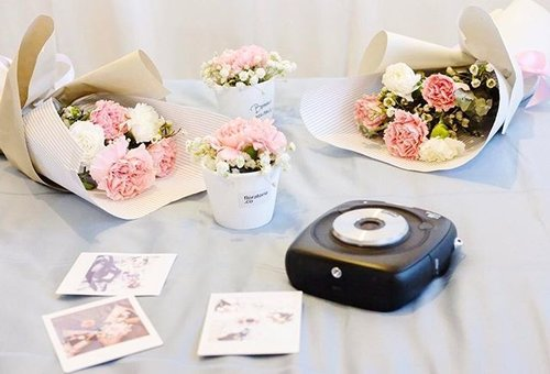 """<div class=""""photoCaption"""">Busy for Mother's Day orders but never stop me from taking some beautiful moments with my @fujifilmmy instax SQ10. 😍😍😍 . . #florist #flower #instaxclub #instax #Fujifilm #fujifilmmy #blogger #bloggerstyle #instacool #clozette #flatlay #mothersday #klblogger</div>"""