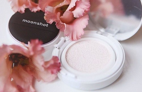 """<div class=""""photoCaption"""">For those who prefer to have a more minimalist, natural look just like Sandara Park, this review post is dedicated to you. <Mini Review>: Unlike the Microfit Cushion, the Moonflash Cushion isn't a BB cream even though it has the same certification as the Microfit Cushion for UV Protection SPF 50+++, Whitening, and Anti-wrinkle. The Moonflash Cushion is more like a CC Cream Type with multi-functional uses. You can use it on its own, as a makeup base or as a highlighter to give you that glowy strobing effect that is highly sought after in Korean makeup currently. #moonshot #sandara #beautyreview #igsg #flatlay #kbeauty #bbcushion #highlight #clozette #clozetter #mynewclozette #makeup #koreanbeauty #sephora #styleblogger #beauty #beautyblogger Credit:?</div>"""