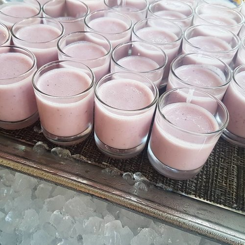 """<div class=""""photoCaption"""">Chugging blueberry smoothie shots in the mornings.  #goodmorningworld #smoothie</div>"""