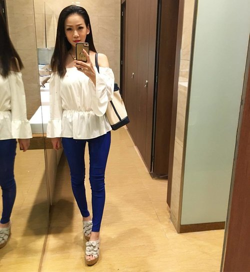 """<div class=""""photoCaption"""">#dblchinootd  Last time my lian blood is no horse run, so glad this time round I'm able to carry off bell sleeves without looking like one lol.  One day closer to weekend, press on everyone!  #clozette</div>"""