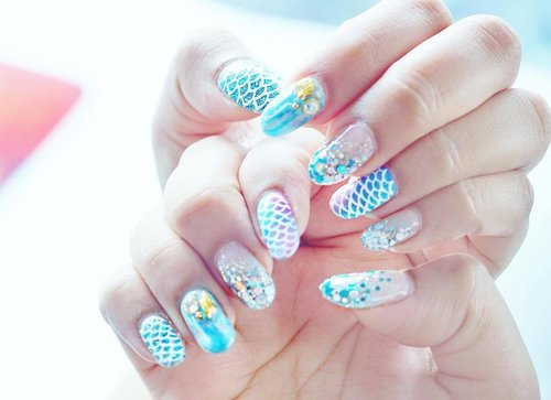 "<div class=""photoCaption"">Them mermaid nails for days 💙🌈🐳.#beeqnails #clozette #nailart</div>"