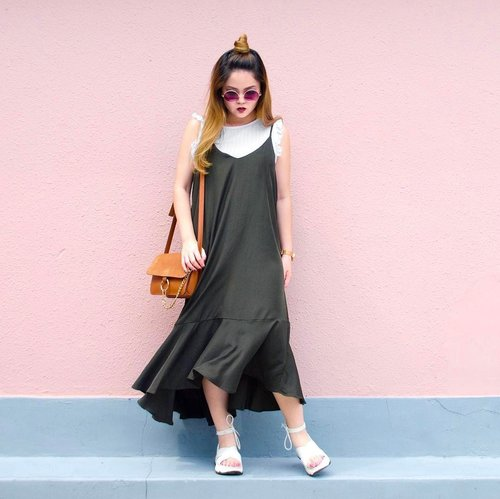 """<div class=""""photoCaption"""">Been living in drop waist dresses like this  Malia Ruffle Hem Slip Dress c/o @pomelofashion as of late because they're just so darn comfortable! So glad I found more drop waist dresses (totally forgot I even bought them 😂) when I sifted through my closet recently. Yay to more new clothes! Hehehe #trypomelo  P.S. guess who's the new owner of a @dysonhair dryer? 😏 Big thanks to @sephorasg for their 20% storewide discount, happening till 7th May in stores and on the app (shopping here's so fuss-free, it's dangerous for my wallet)! 💸 #sephorasg #clozette</div>"""