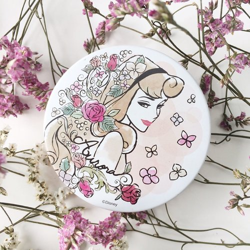 "<div class=""photoCaption"">Got this @itsdemo_official Disney Compact Face Powder and I'm loving it the more I use it😍 More information is up on my blog now! #clozette #disney #sleepingbeauty #beautyflatlay #beautyinfluencer #beauty #makeup #japanesemakeup</div>"