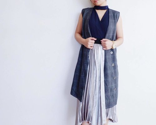 "<div class=""photoCaption"">Freedom to hustle this weekend and layering in this not-so-warm weather in manila feat. my metallic pleated skirt + choker top + gray long vest 💙</div>"