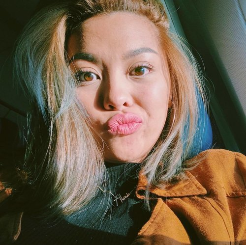 """<div class=""""photoCaption"""">When your flight's delayed but the lighting is on point ✈️ #365Travels #365GoesToCalifornia #Clozette</div>"""