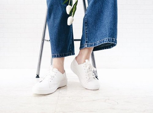 """<div class=""""photoCaption"""">Simplicity is a necessity, a plus when in all-white and oh so comfy😍 // #clozette #fitflop #fitflopSS17 #fitflopsg #fitflopwisma #forsuperwomen #sneakers #whitesneakers #sneakeraddict #allwhite #denim #culottes #denimculottes #personalstyle #casualstyle #mystyle #momstyle #mom #happymom #smile #happy #Thursday</div>"""
