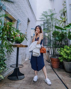 Thanks to talented photographer @priscaangelina 😍 [Tap for #ootd details] 📍 @reddoor.koffiehouse.and.bistro  #meminebeauty #clozetteid #minefashionjourney #iwearclothinc @iwearclothinc