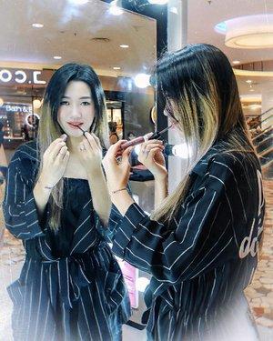 Hey girls! Udah mampir ke booth-nya @collectioncosmetics_id di Senayan City belum? Buat yang penasaran produknya apa aja dari Collection Cosmetics, langsung aja cobain berbagai shade, texture dan shape dari lippie nya di Booth Collection Cosmetics [di depan Bath & Body Works, Lantai LG]Pssstt... ini aku juga lagi nyobain Lip Cream di Boothnya loh!!!!!Untuk review lengkapnya, tungguin di blog akuuuuu~#meminebeauty #minebeautyjourney #clozetteid #collectioncosmeticsid #beautyjournal #collectionxbeautyjournal @beautyjournal