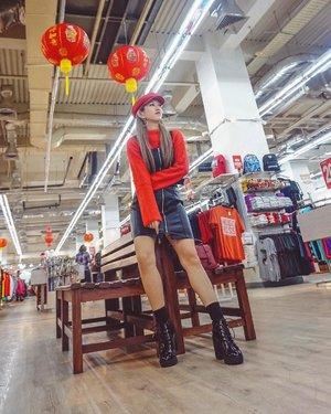 """Imlek sebentar lagi~  Saatnya berburu baju baru untuk merayakannya! Seneng banget bisa sharing mengenai """"Fashion Imlek"""" di acara kemarin yang diselenggarakan @indoblognet & @mangga2square ❤️ Selain sharing, kita juga keliling untuk melihat Factory Outlets yang biasanya terdapat diluar kota Jakarta loh! Ada 6 FO dan sebentar lagi total menjadi 7 FO dalam 1 tempt di Jakarta yaitu pusatnya FO @mangga2square!! Ngga usah bingung lagi, yuk check koleksi untuk imlek di @mangga2square 😍  #meminebeauty #minefashionjourney #ootd #clozetteid #adafodimangga2square #factoryoutletjakarta #fashionimlek #manggaduasquare @premier.fo"""
