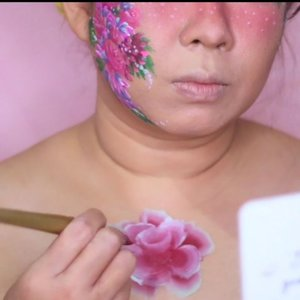(post ulang) . Another video for my #onestrokeroses. On this video, we're focused onhow to make bigger rose using bigger flat brush and also i am using @mehronmakeup prismablend fleur for the roses . Complete tutorial can be found on my youtube channel. You can click link on my bio to watch the complete tutorial . _________ . Yok, yang pengen tau gimana bikin kembang bisa cuss ke yutub channel gw ya. Nonton donk, trus dikomen. Link nya ada di bio. Makasii 🌹🌹🌹 . . #faceart #facepaintingideas #facepaint #facepainting #facepainter #wakeupandmakeup #onestrokeflowers #flowerfacepaint #xmakeuptutsx #makeuptutorial #feature_my_stuff #facepaintcom #facepaintcomroses #indobeautygram @indobeautygram #indovidgram @indovidgram #ivg #ivgbeauty #kbbvmember #bunnyneedsmakeup @bunnyneedsmakeup #inspirasimakeup #mehronmakeup #dupemag #tampilcantik #fdbeauty #clozetteid