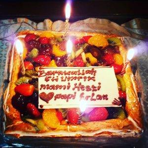 """January 17th, 2019 --- """"THE LOVELY YUMMY CAKE"""" --- Favoritnya Mami haha #MixFruitCheeseCake 💖🍰🎂🤰👶Alhamdulillah #tasyakur #milad  Mami tahun ini bisa bareng dengan tasyakur masuknya KK Bebi ke trimester 3 (#7months ) so... jadilah acara sederhana tapi sweet banget """" #Mami'sbirthday & #BabyShower 👶🤰💖🍰🎂Makasi Papi @erdin.saef buat doa, #birthday Cheese Cake dan cintanya 😘💖 love you!...Makasi Eyang @taticholid and Opa @cholid_ar buat Macaroni Schotel dan keseruannya hari ini. Juga buat our special guests Diah Andrini dan @mineko_shirota family . Belum sempet buka kadonya tapi Kk Bebi pasti suka 😍Love you, all!----#clozetteid#aMomToBe#Queenoftheday#Blue#expectingababy#mypregnancylife#Trimester3"""