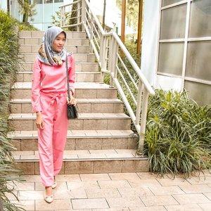 """Pinky jumpsuit ini adalah outfit favorite aku untuk dipakai jalan"""" karena memang sangat nyaman. Meskipun untuk #OOTD kali ini kurang nyambung karena aku pakai tas yg warna nya hitam. Semoga next time bisa share gaya baru yg lebih seru dengan pakai #OvaleSlingBag yg super cute itu 😅.@ovalebeautyid #OVALExTROPISID #LetsGoMicellar #MicellarWater #ClozetteID #clozette"""