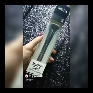 🖌MINISO PRO FINE PRECISION SCULPTING BRUSH🖌 ❤Product Features: Designed to combine the full-face coverage of Blender Brush with the precision of the smaller Blush Brush, the brush is ideal for highlighting and enhancing. ❤Material: Nylon bristles, Alumunium Ferrule, Plastic Handle ❤How to use: Large area coverage. Also for highlighting application by sweeping shimmer powder over forehead, nose and cheeks with angled side ❤Price: Rp 49.900,- ❤Where to Buy: @miniso.official @minisoindo @miniso.indonesia ❤Review: Despite all of the packaging suggestion, I used this as a complexion brush.. Wkwk ya karena aku batu anaknya mau dibilangin ini brush fungsinya buat apa juga tetep aja kalo aku ga sreg ya ga aku ikutin 😂 Aku biasa pake brush model begini untuk pake foundation supaya full coverage.. Biasanya aku pake Mineral Botanica Studio Series Angled BB Brush dan brush ini sebelas dua belas gitu sama si mica.. Tapi versi miniso sedikit lebih kecil dan lebih renggang gitu.. Masih lebih dense si mica punya.. Bristlesnya lembut, gagangnya glossy menurut aku sophisticated, berat nya juga pas 👌 @tha_lovistha @hypstar.indonesia #Beauty #HypstarIndonesia . . . . . . . . . . #Beautiesquad #beautilosophy #Clozetteid #bvloggerid #muajakarta #indobeautygram #brush #miniso #minisomurah #minisojkt #minisoindo #minisoindonesia #minisomakeup #makeuptools #makeupbrush #brushmurah #makeupbrushmurah #makeupmurah #review #inshot #sequins