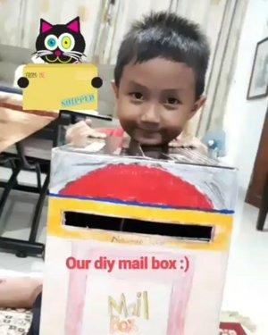 • Gavin's activity  Main surat-suratan. Kotak posnya mami bikin dari bekas box blender, ide gambar dari pinterest, Gavin bantu warnain 🎨  Mainnya ada yang jadi pengirim surat dan ada yang jadi pak pos 📮  Bebas berimajinasi lewat surat yang dibuat, seru....! :) ☺💗 #diy #doityourself #diytoys #diykotakpos #mailbox #kidactivities #idebermain #playing #ayobermain #parenting #belajarsambilbermain #learningtroughplay #clozetteID #shortclip #vivavideo