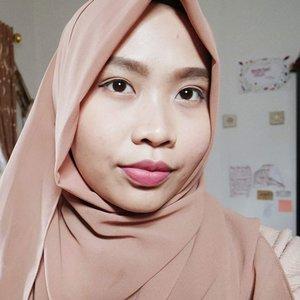 Sebenernya hal lain yang bikin aku excited di bulan Ramadan kali ini adalah: jerawat di wajahku udah mendingan 😂 Jadinya ke mesjid bakalan semangat karena nggak akan ada yang nanyain kenapa wajah kusam atau jerawatan 😣 KOK BISA BERSIHAN? Pake @elsheskin dong. Ada reviewnya tuh di youtube, linknya di bio~  #Ramadankareem #hijabi #hijabblogger #hijabvlogger #elsheskin #elshesquad #clozetteid #beautyandfashion #hijabimakeup #naturalmakeup #nomakeupmakeup #skincare #skincareblogger #skincarebpom #reviewelsheskin #bbloggers #youtubevideos #beautyvideos
