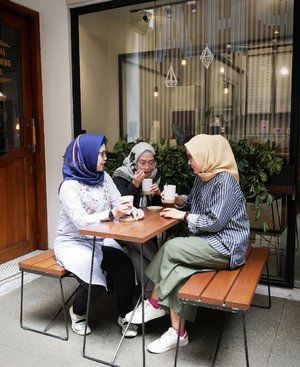 Antara aku, @ellynurul & @akuchichie kira-kira ada apa ya? Hmm.. Soon kolaborasi dari kita bertiga buat makeup & skincare addict 😍💃💞 Bisa nebak gak ada apa? 😁  #clozetteid #lifestyleblogger #bloggerstyle #bloggercollab #fridaymood #hijabi #mommyblogger #productivemom #stylediary #coffee☕ #friendship