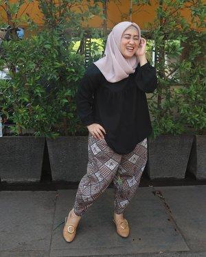 #batikday nih ceritanya 😁 koleksi lama keluar lagi deh. #tapfordetails 😉#clozetteid #haribatiknasional #ootd #hijabfashion #styleblogger #batikindonesia #fashionblogger #hijabootdindo #dailyhijab #modestfashion