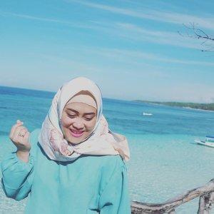 Untuk bisa foto dengan background indahnya warna biru air laut di #tanjungbira #bulukumba ini. Butuh waktu sekitar 7 jam dari Makassar melalui jalan Hassanuddin dengan jarak tempuh sekitar 200km. Trus ngapain aja di sepanjang perjalanan darat? Part 4 cerita #MakassarTrip udah ada di blog beb. Klik link hidup di bio aku ya 😉#clozetteid #andiyaniachmad #lifestyleblogger #hijabtraveler #travelinstyle #mondaymood #tanjungbirabeach #bulukumbakeren #vitaminsea🌊 #kangentraveling #canoneosm10