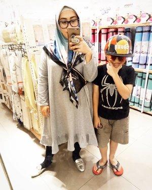 Darell: Bun, nanti pas #darelladhibrata kelas 4 SD setinggi Bunda deh *dengan mata berbinar-binar cem dapat piala Citra 😅* #clozetteid #mysonismyworld #ootd #andiyaniachmad #motherhood #kidsofinstagram #kidsfashion #kidsstyle #wednesdaymood #mirrorselfie