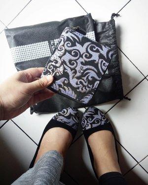 Fresh from the oven 💞 #mashaallah se-happy itu aku dapat kiriman paket #flatshoes & dompet dari @thewarna. Beneran deh, pakai etnik makin cantik dengan #thewarnaindonesia #thewarna 🌸💃 #clozetteid #sundayvibes #styleithappy #fashionstyle #fashionable #lifestyleblogger #etnikindonesia #localbrand