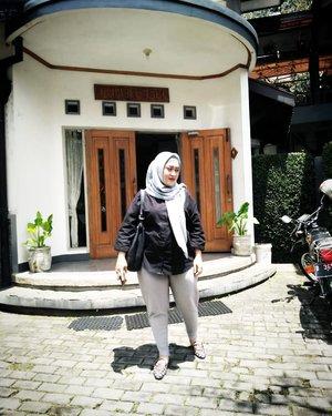Semalam nginep di Rumah Asri Bed & Breakfast, Sukajadi, Bandung. Saking riwehnya, gak sempet pepotoan suasana di sana. Padahal mah bagus pisan, beb 😅 yaudahlah poto di depannya aja. #clozetteid #lifestyleblogger #rumahasribandung #ootd #ootdhijab #styleblogger #sundaymood #monochromefashion #monochromaticoutfit #tapfordetails