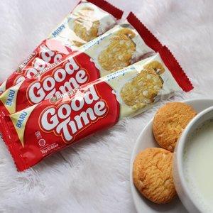 Kenalan yuk sama moodbooster aku ketika Laper datang pas lembur di kantor. Ini dia nih varian baru dari @goodtimeid , Good Time Milky Vanilla 😍. Gak cuma sekedar aroma, susu vanilanya berasa banget di lidah. Apalagi white chocochips yang menyatu sama biscuit crunchy ini. Rasanya? Dijamin NAGIH!Psst, celupin ke susu vanilla hangat dan disantap di pagi hari juga yummy banget 😋 @clozetteid @goodtimeid #goodtimemilkyxclozetteid #clozetteid #goodtimebiscuit #arnottsindonesia #milkyvanilla #biskuitvanilla