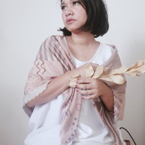 It's light like a cotton, smooth like a silk, and this beautiful prints and color just as the same as my usual tone 💕@issyascarves -- #celliswearing  #ggrep #thatsdarling #whatiweartoday  #clozetteid
