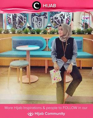 Star Clozetter @zeynolivia and her cool-toned outfit. Simak inspirasi gaya Hijab dari para Clozetters hari ini di Hijab Community.Yuk, share juga gaya hijab andalan kamu.